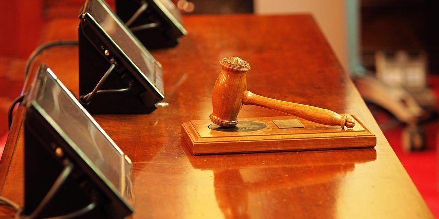 Vor dem Oberlandesgericht (OLG) in München wurde verhandelt, wer die Schuld für den Trickbetrug tragen muss.
