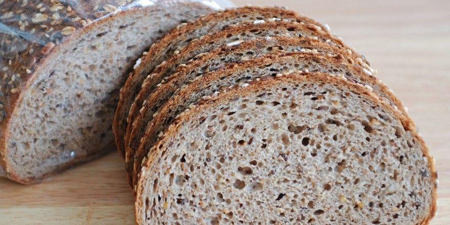 Die Bäckerei bietet ein Brot mit sechs Körnersorten an.