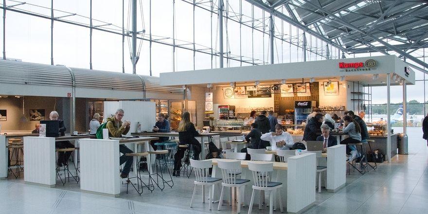 Die Kamps Bäckerei setzt mit ihrem Ladenbaukonzept die Frische der Produkte in einem gläsernen Backbereich in Szene.