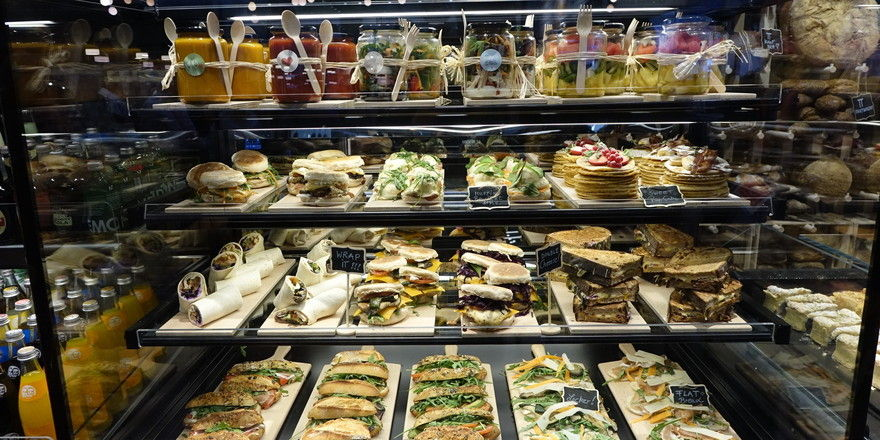 Mit pfiffigen Snack-Kreationen können Bäcker vor allem auch bei jungen Kunden punkten.