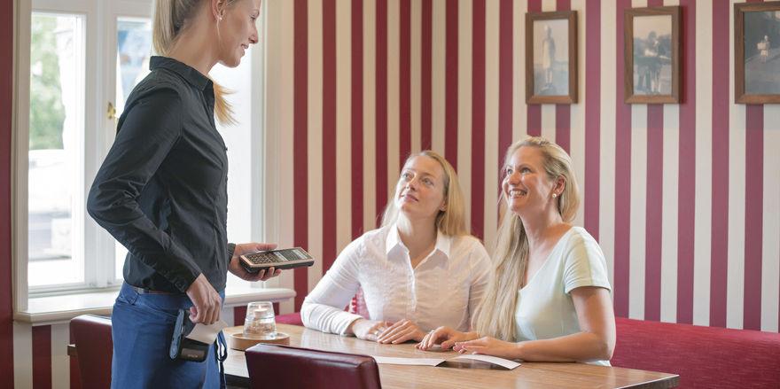 Mobile Erfassungsgeräte optimieren den Bestell- und Abrechnungsvorgang beim Service am Tisch.