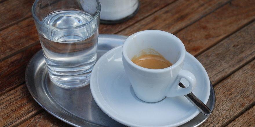 Nicht nur rösten, sondern selbst ausschenken: Nestlé steigt bei einem Coffeeeshop-Betreiber ein.