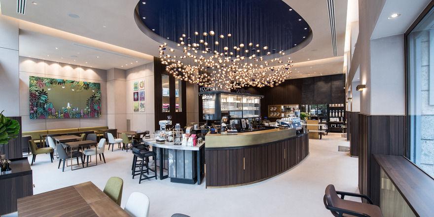 Der Laden ist in vier Bereiche eingeteilt: Der Kronleuchter stellt eine Kaffeebohne dar.