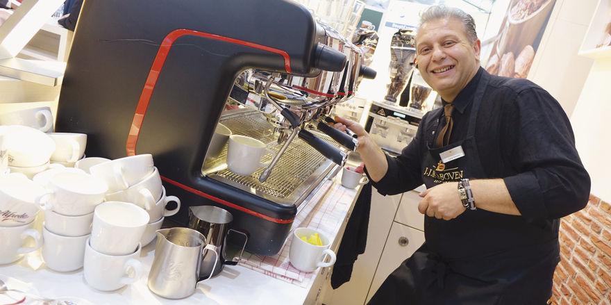 Dieter Johann (links) präsentiert Baguettes, hergestellt mit einer Malz-Cuvée für besonders aromatische Backwaren. Aber auch ausgefallene Snack-Kreationen und das Thema Kaffee wurden auf der Südback bedient.