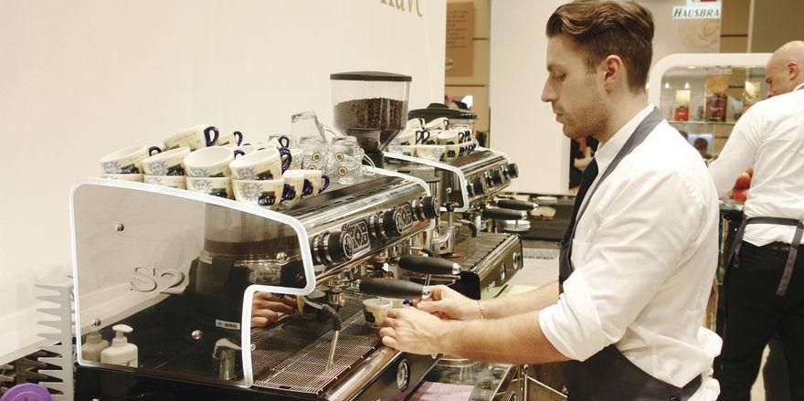 Kaffee schmeckt erst richtig gut, wenn die Maschine kompetent bedient wird.