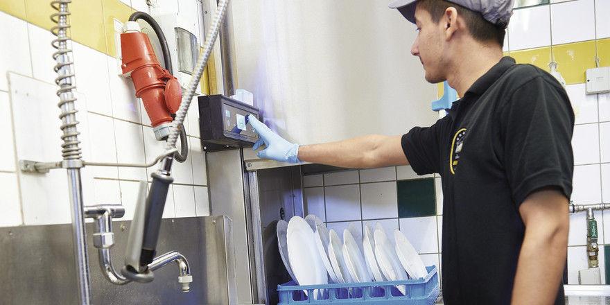 Ergonomisches Arbeiten ermöglicht diese Haubenspülmaschine mit einem Display auf Augenhöhe des Bedieners.