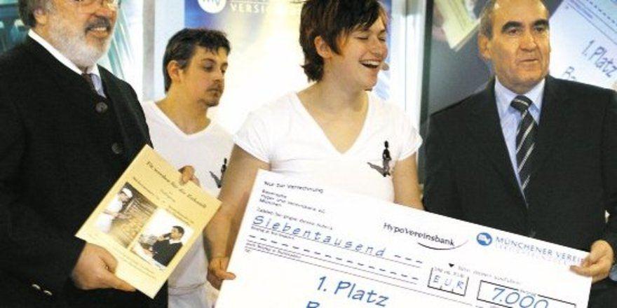 Dieter Wagner, Vertriebsvorstand des Münchner Vereins, überreichte den Scheck für den Meisterkurs an Gisela Reisacher. Sein Unternehmen möchte damit eine Starthilfe zur Selbständigkeit geben. Der stellvertretende LIM Manfred Gebel (l.) gratulierte de