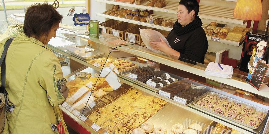 Bäckereifachverkäuferin Ricarda Keibel bedient eine Kundin.