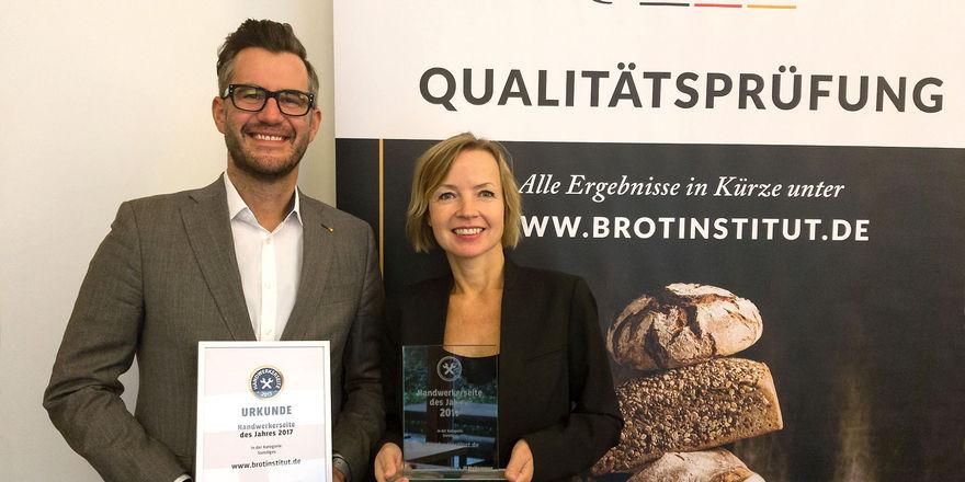 """Daniel Schneider und Susanne Fauck freuen sich über die Auszeichnung """"Handwerkerseite des Jahres""""."""