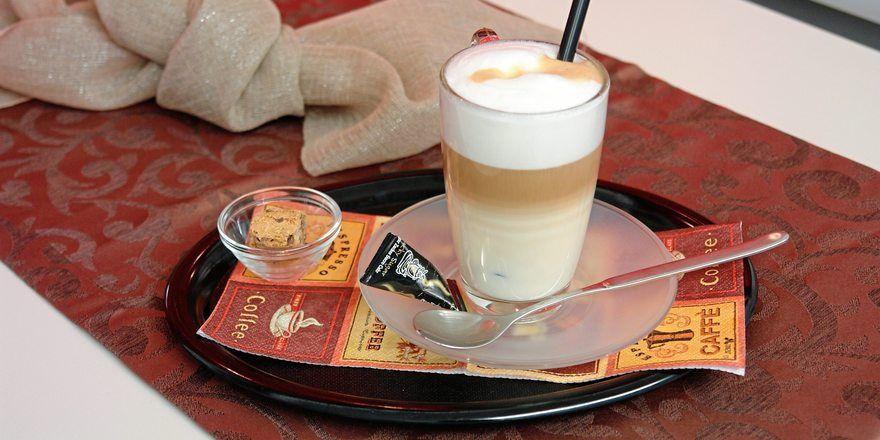 Außer Haus werden verstärkt Kaffeespezialitäten wie Latte Macchiato nachgefragt.