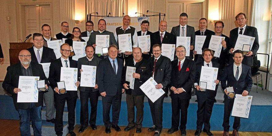 Die Preisträger mit Staatsminister Helmut Brunner (4. v. l.) und Karl-Heinz Hoffmann, Landesinnungsmeister des Bayerischen Bäckerhandwerks (3. v. r.).