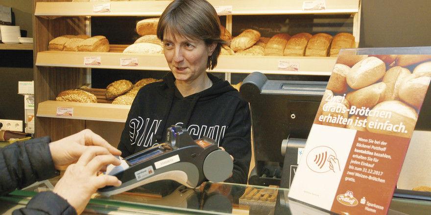 """Nicole Potthoff und ihr Team fragen nun beim Verkaufen auch bei Mini-Beträgen: """"Bar oder mit Karte?"""""""