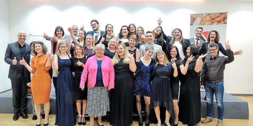 Die Verkaufsleiterinnen 2017 der Bundesakademie Weinheim mit Mitgliedern der Prüfungskommission und der HWK bei der Abschlussfeier.