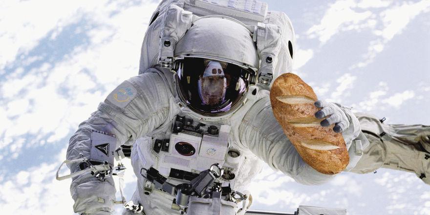 So stellt sich die NASA im All den Astronauten mit frischem Brot vor – an der Realisierung wird derzeit gebastelt. Die Versuche mit Brötchen im mikrowellengroßen Ofen laufen noch.