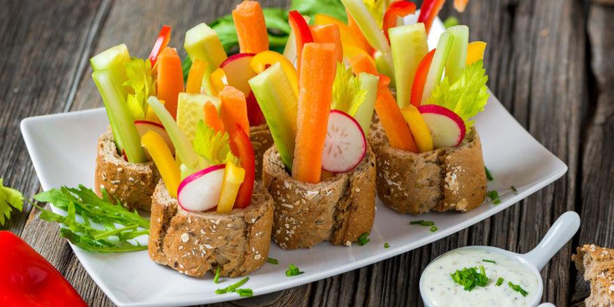 Vegetarischer Snack: Brot, Gemüse und Dipp.