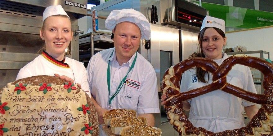 Ein tolles Team mit leckeren Backofferten (v.l.): Bäcker-Nationalmannschaftsmitglied Tanja Angstberger, Fachschullehrer Christian Mohr und Bäckerazubi Natascha Jozic.