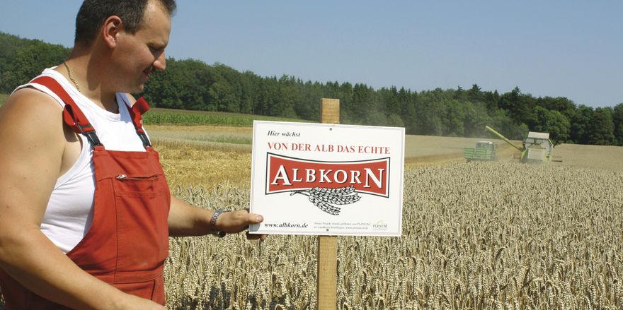 Regionalität sichtbar gemacht: Das Getreide vom Feld dieses Landwirts verarbeiten Bäcker im Umkreis von 50 Kilometern.