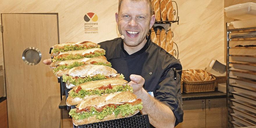 Bei Fachdemonstrationen wie hier mit Snackberater Lars Bittner wird auf der Messe unter anderem gezeigt, wie Bäcker mit Snacks noch besser ins Geschäft kommen.