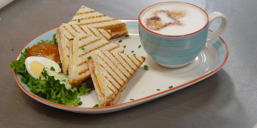 Kaffee und Snacks rund um das Backwarensortiment, damit punkten Bäcker als Foodservice-Anbieter.