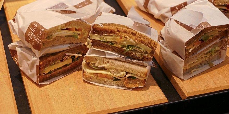 Backwerk bietet jetzt auch belegte Brote als Klappstulle an.