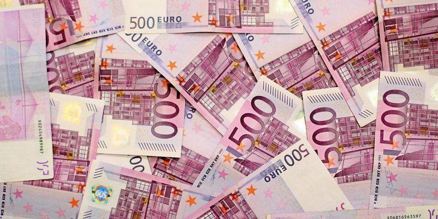 Acht Millionen in gut gelungenem Spielgeld, das mit echten Euro-Scheinen verwechselt wurde, lagen in der Bio-Tonne einer Bäckerei.