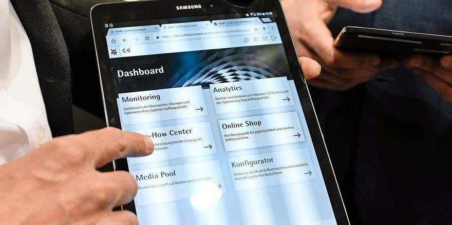 Per Tablet kann auf die Daten der Kaffeemaschinen zugegriffen werden.