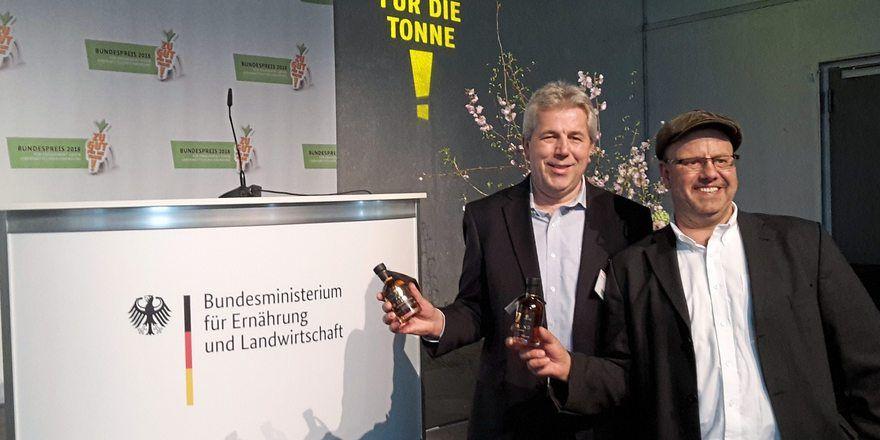 Mit dem hochprozentigen Brotgetränk (v.l.): Bäckermeister Ralf Dietz und Brennmeister Andt Weßel.