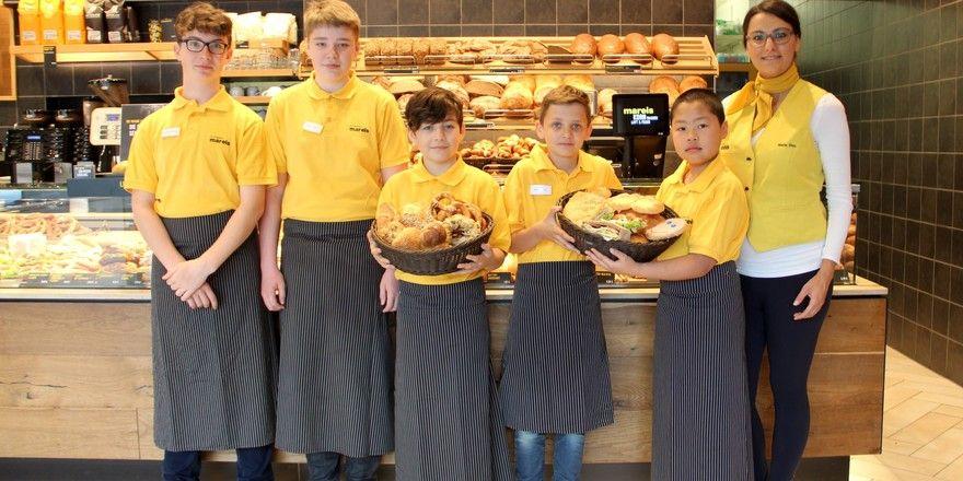 Fünf Jungs haben sich in der Bäckerei Mareis rund um die Ausbildungsberufe Verkauf und Systemgastronomie informiert.