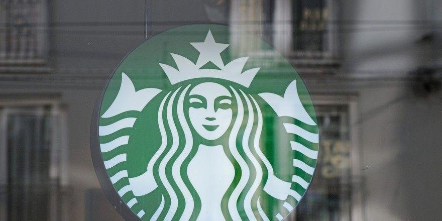 Nestlé will Starbucks-Kaffee-Produkte künftig auch über Supermärkte vertreiben.