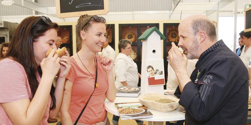 Siegfried Brenneis animiert die Besucher, die Produkte aus Urkorn-Getreide mit allen Sinnen zu erleben.