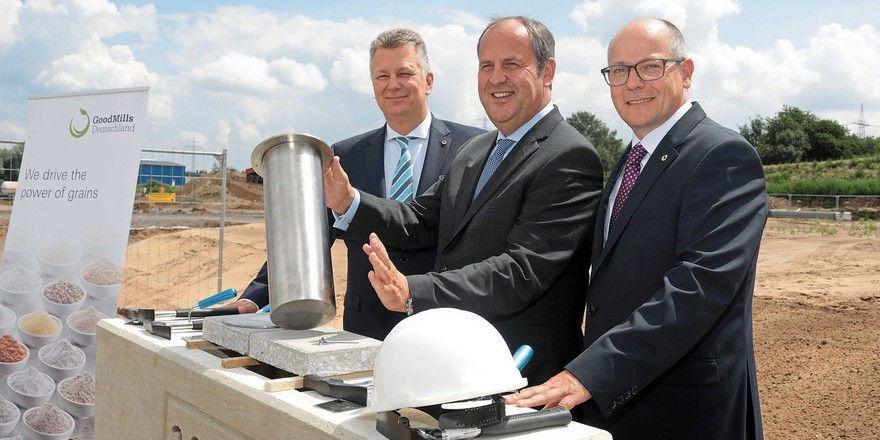 Bei der Grundsteinlegung (von links): Gunnar Steffek (GoodMills Deutschland), Josef Pröll (Muttergesellschaft LLI Beteiligungs AG) und Frank Markmann (GoodMills Deutschland).