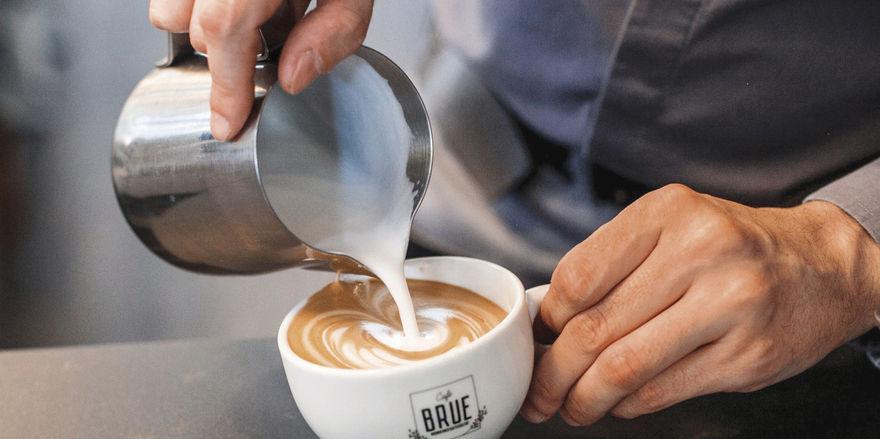 So geht Cappuccino: Erst kommt der Espresso in die Tasse, dann folgt ein Milchschaum mit kräftigem Körper.