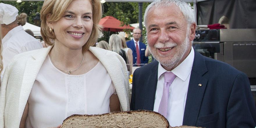 Ernährungsministerin Julia Klöckner mit ZV-Präsident Michael Wippler beim Sommerfest.
