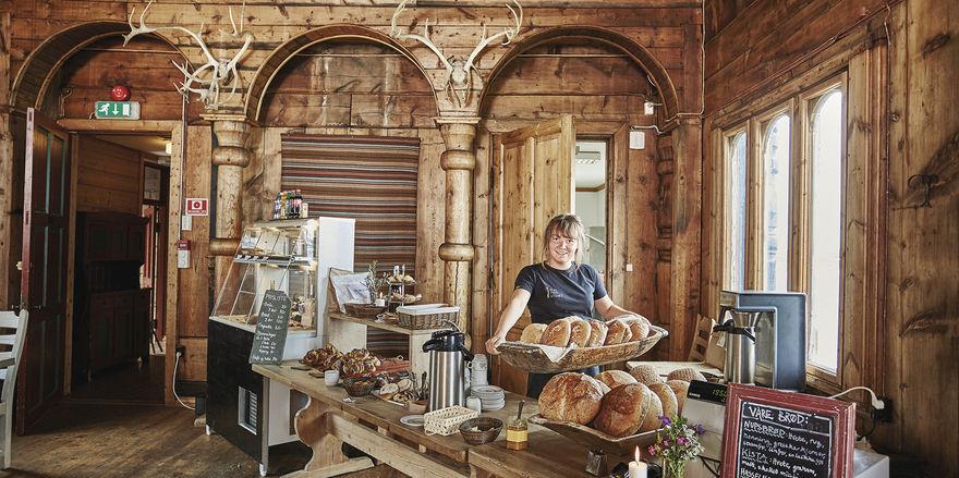 Gleich gibt's Frühstück: Servicemitarbeiterin und Verkäuferin Alexina bestückt das Buffet.