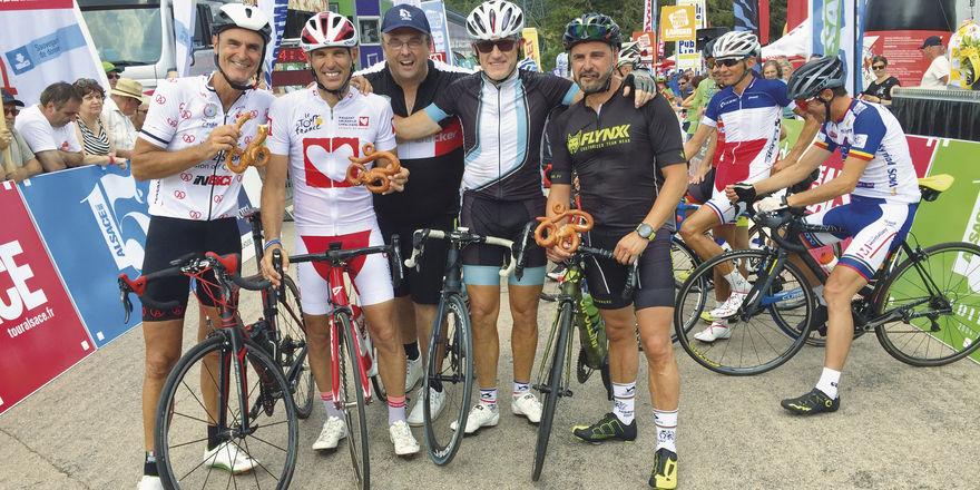Toni Jung (Mitte) mit Teilnehmern – und der Radl-Brezn.