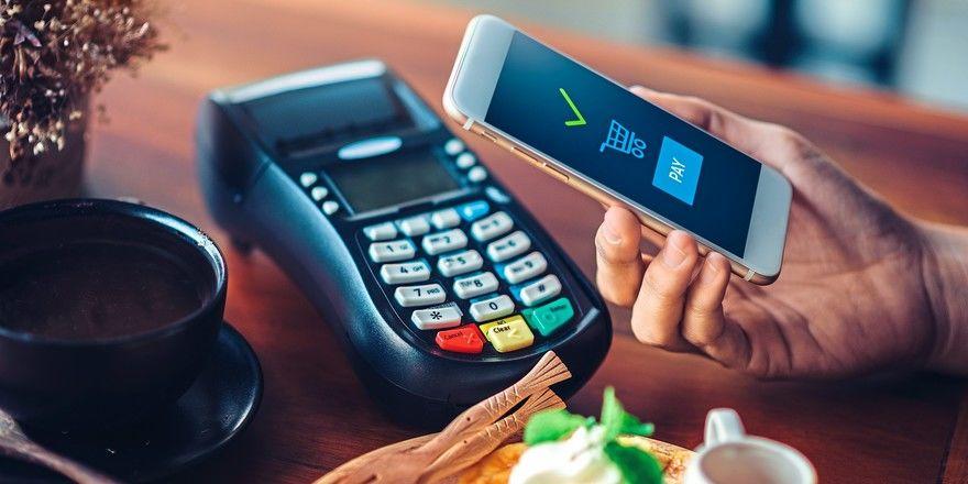 Bei der Bezahlung mit dem Smartphone sind die Kunden oft noch misstrauisch.