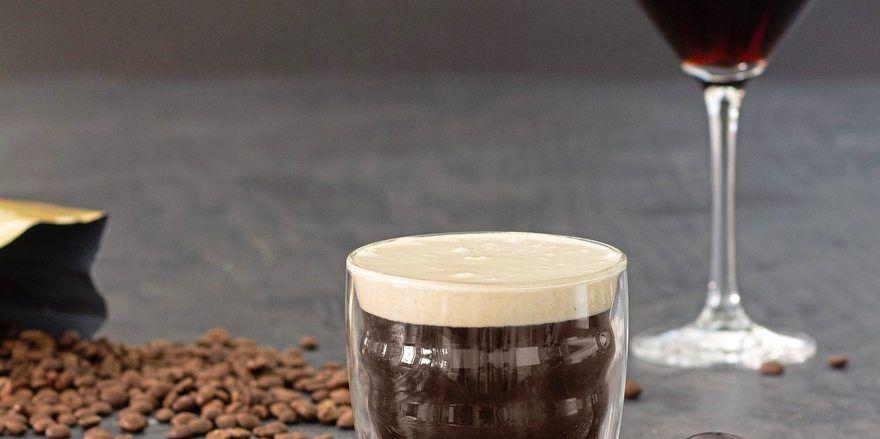 Der U-Coffee wird im doppelwandigen Kaffee-Glas und der Y-Coffee in einem Martini-Glas serviert.