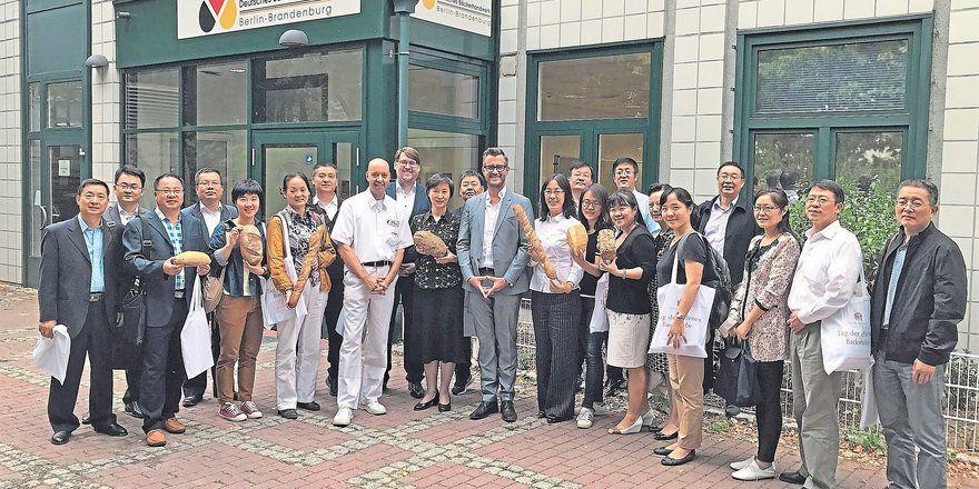 Die chinesische Delegation mit Schulleiter Marian Kalliske, Geschäftsführer Johannes Kamm, ZV-Hauptgeschäftsführer Daniel Schneider (v.l.).