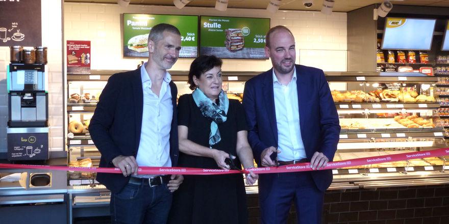 Eröffnung des Service-Stores mit (von rechts) Roger Knill (Valora), Martina Köppl (DB) und Karl Brauckmann (Backwerk).