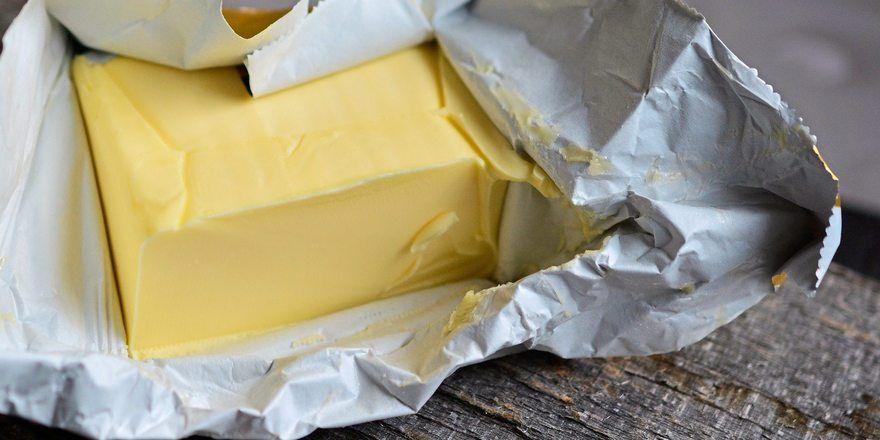 Butter ist aktuell entgegen allen Erwartungen billiger geworden.