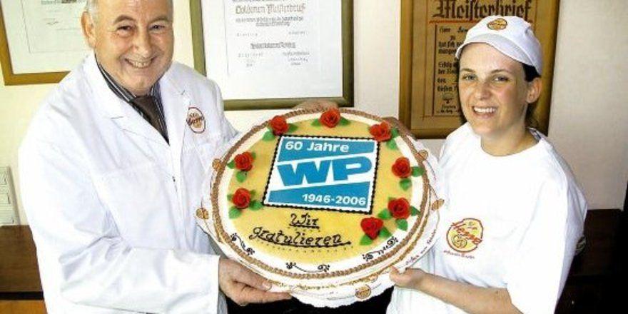 Eine Buttercreme-Torte mit 60 cm Durchmesser kreierten die Konditoren von Reinhard Hesse (l.) zur Geburtstagsfeier der Westfalenpost.