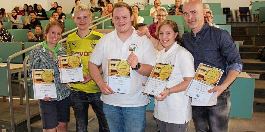 Sie stolzen Sieger des 29. Olper Backwaren Designpreis mit ihren Siegerurkunden.
