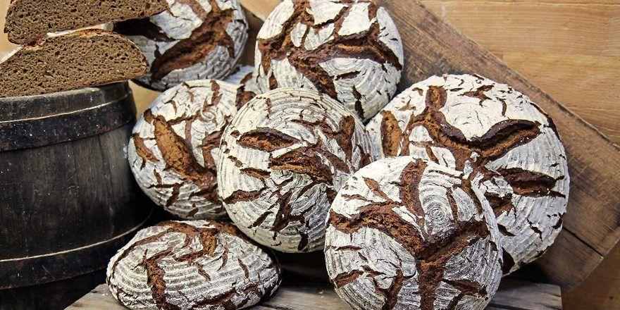 Bauernbrote mit hohem Roggenanteil sind Klassiker in der Bäckerei.