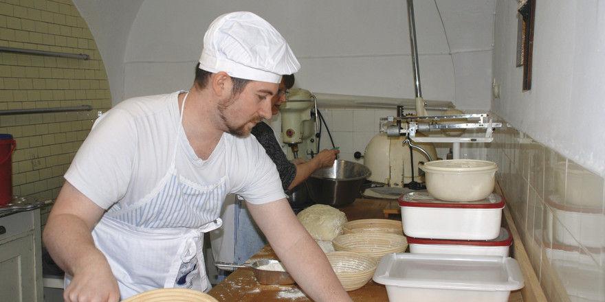 Stefan Heins (l.) arbeitet in der Backstube des Klosters (u. l.), nachdem der Hersteller den alten Ofen kostenlos repariert hatte.