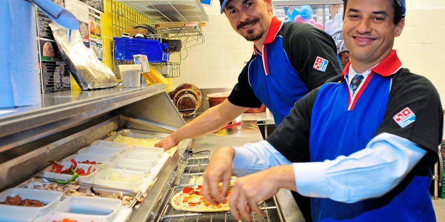 Pizzen werden in den Standorten nach telefonischer Bestellung zubereitet.