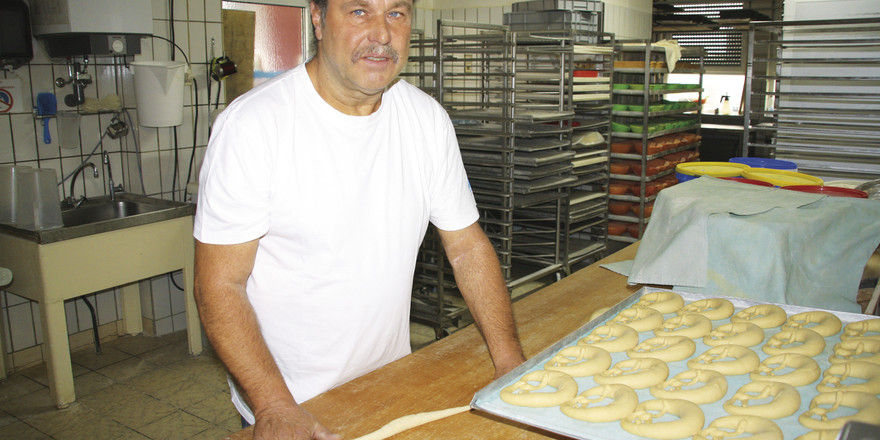 Handarbeit wird großgeschrieben in der Backstube: Bäckermeister Eugen Miller bei der Arbeit.
