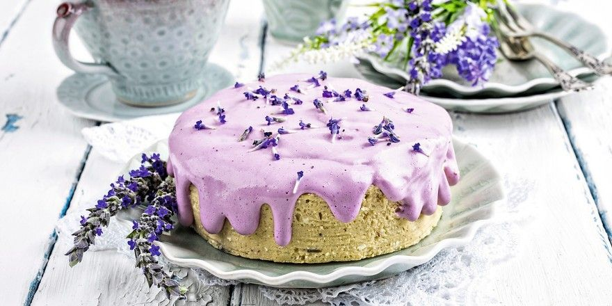 Gebäcke mit Lavendel können durch eine violette Farbgebung zum Hingucker werden.