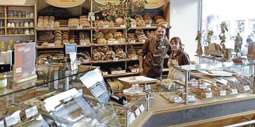 Hat den Bio-Bogen raus: Klaus Denninger, hier mit Fachverkäuferin Roswitha Dolgner.