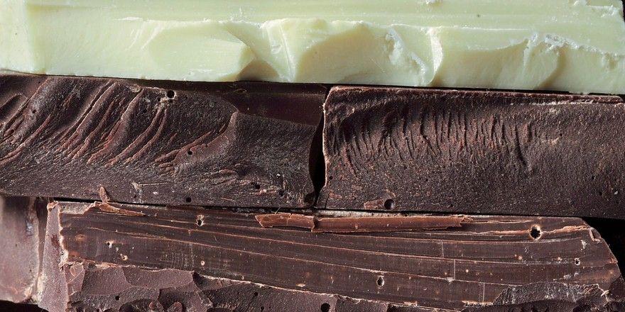 Besonders viel Vitamin D2 ist in dunkler Schokolade.