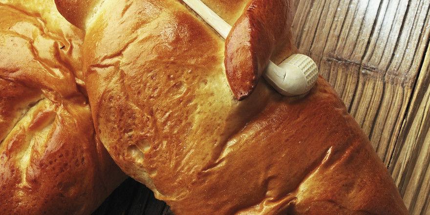 Traditionell hergestellte Stutenkerle haben die tönerne Pfeife im Arm. ´